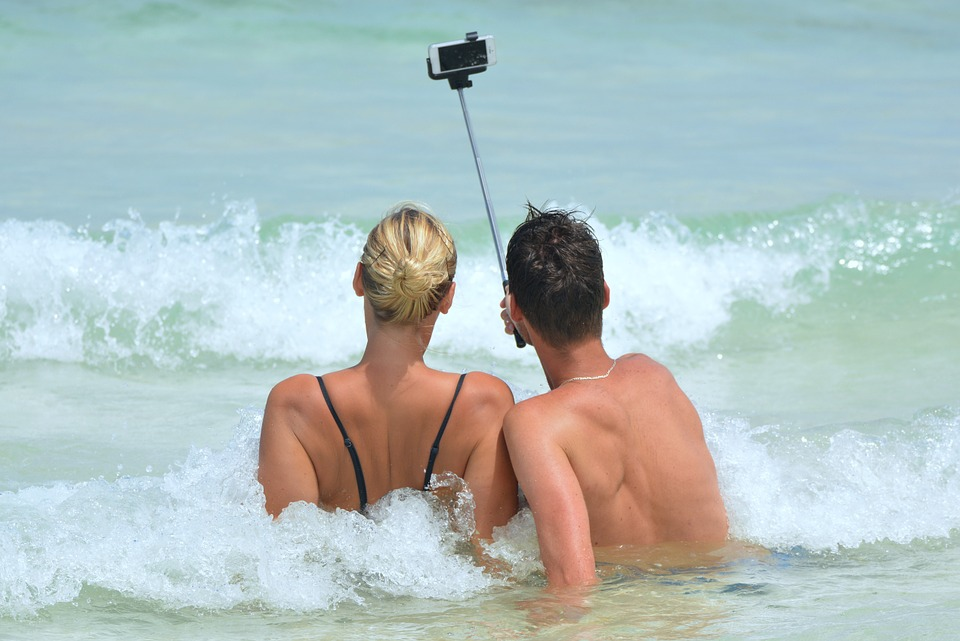 FLIRT AT THE BEACH WITH A SMARTPHONE